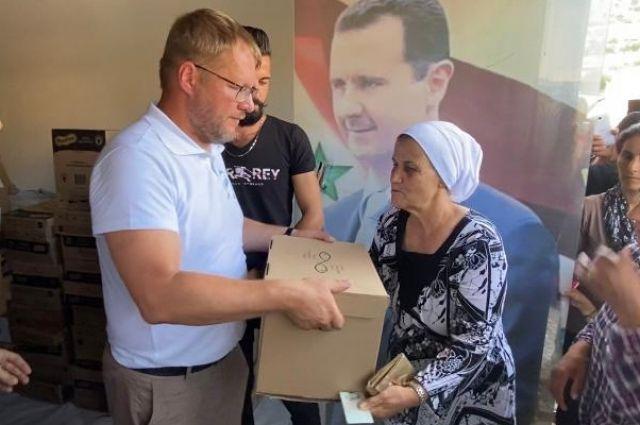 Около 200 человек получили коробки с продуктами питания и канцелярскими принадлежностями