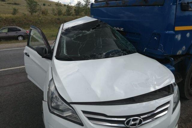 Женщина за рулем Hyundai Solaris на полном ходу врезалась в КАМАЗ