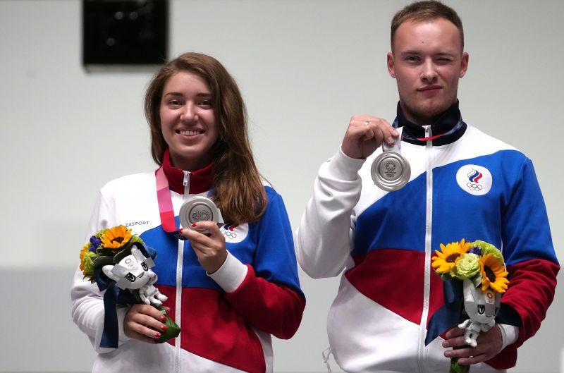 Виталина Бацарашкина и Артём Черноусов, завоевавшие серебряные медали на соревнованиях смешанных команд по стрельбе из пневматического пистолета с 10 метров на XXXII летних Олимпийских играх в Токио