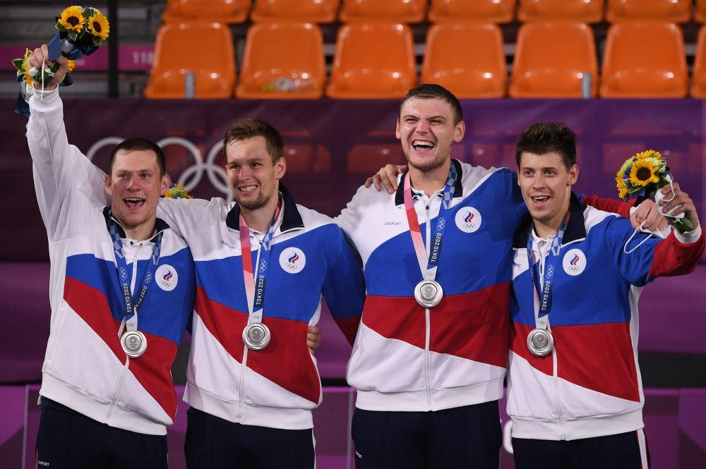 Станислав Шаров, Александр Зуев, Илья Карпенков и Кирилл Писклов (слева направо), завоевавшие серебряные медали в соревнованиях по баскетболу 3х3 среди мужчин на XXXII летних Олимпийских играх в Токио