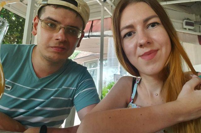 Артём и Лиза встречаются уже почти год.