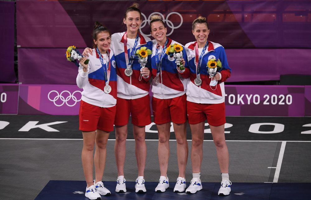 Юлия Козик, Анастасия Логунова, Ольга Фролкина и Евгения Фролкина, завоевавшие серебряные медали в соревнованиях по баскетболу 3х3 среди женщин на XXXII летних Олимпийских играх в Токио