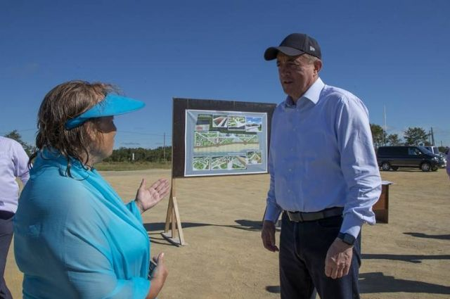 До 10 августа на пляже появятся четыре деревянных раздевалки, модульный туалет и биотуалеты. По просьбе отдыхающих установят лежаки и лавочки, а также дополнительные мусорные контейнеры.