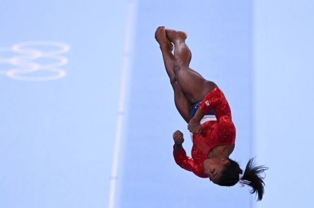 Симона Байлз (США) выполняет опорный прыжок в командном многоборье среди женщин на соревнованиях по спортивной гимнастике на XXXII летних Олимпийских играх в Токио.
