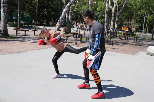 Мальчишки и девчонки познакомились с этим видом спорта, изучили базовые техники передвижения, ударов и защиты.