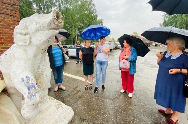 Представители инициативной группы убедились, что скульптура находится в аварийном состоянии.