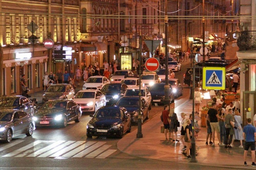 А вот и самая знаменитая барная улица Петербурга собственной персоной. Вернее то ее место, где она вливается в Невский проспект. Здесь шумно и весело круглые сутки.