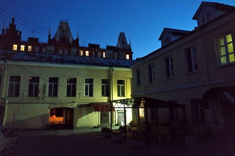 Однако не забывайте - в Петербурге есть много разного рода романтики. Например, загадочные дворы Петроградки или Васильевского острова.