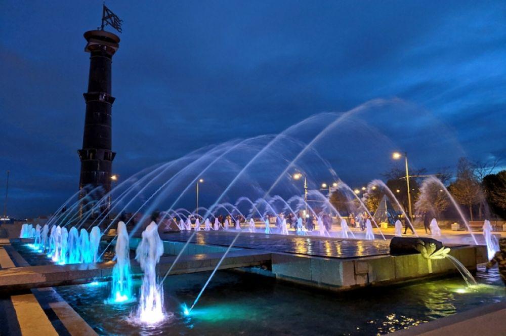 Начинает светать. Почему бы не встретить рассвет в Парке 300-летия Петербурга? Там чудесная набережная, прекрасный фонтан, в котором, кстати, можно совершенно безнаказанно купаться - если не боитесь потом пойти домой промокшими до нитки.