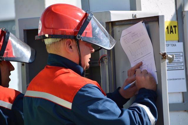 Специалисты снимают показания приборов учёта.