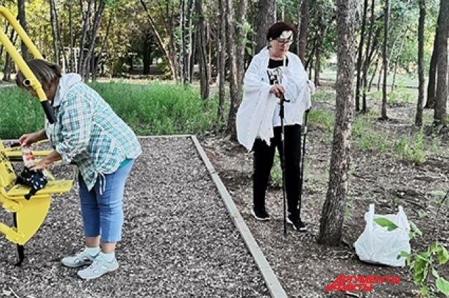 Оренбуржцы вынуждены убираться возле одного из городских парков из-за отсутствия коммунальщиков.