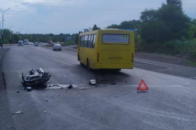 В Хабаровске мотоциклист доставлен в больницу после ДТП с автобусом