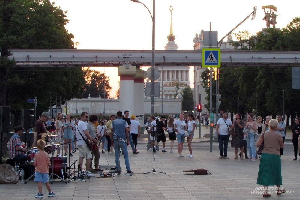 Уличные музыканты возле ВДНХ.