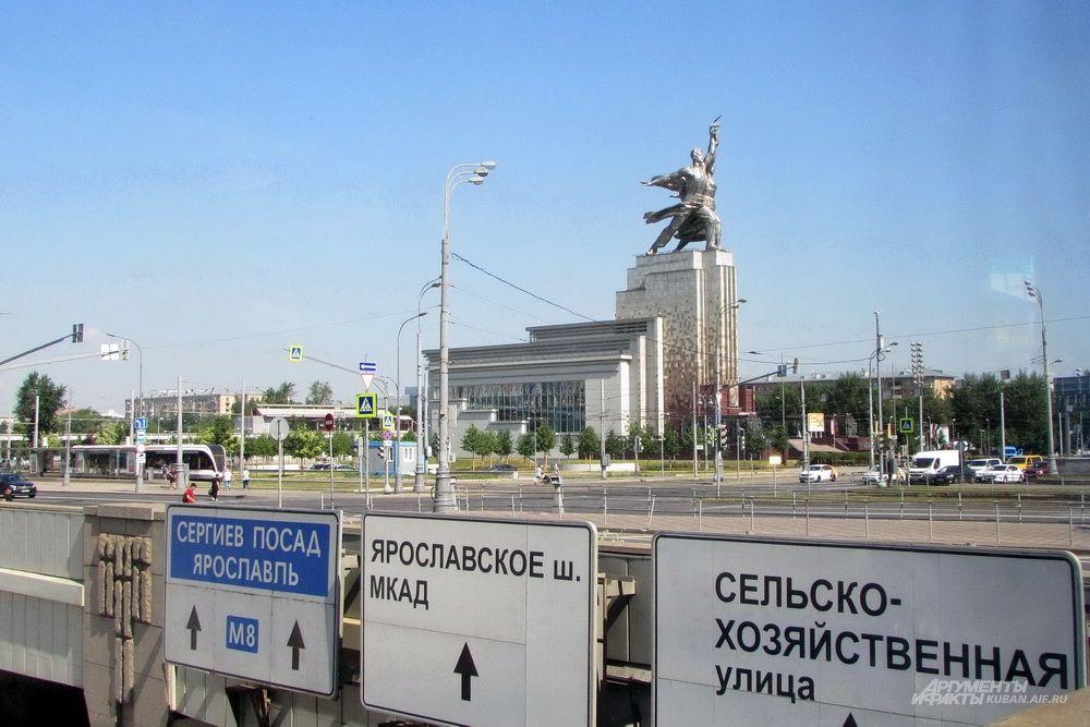 Знаменитый памятник «Рабочий и колхозница».