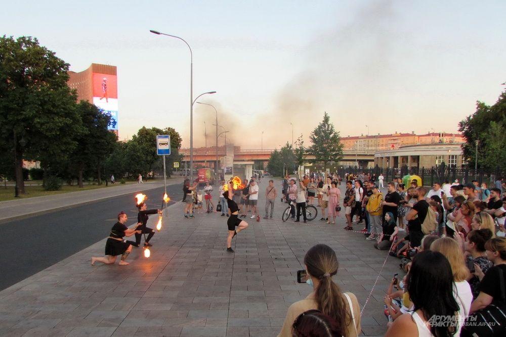 Уличное фаер-шоу возле ВДНХ.