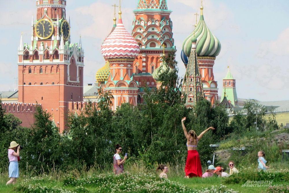 Парк «Зарядье» на фоне Спасской башни Московского Кремля и храма Василия блаженного.