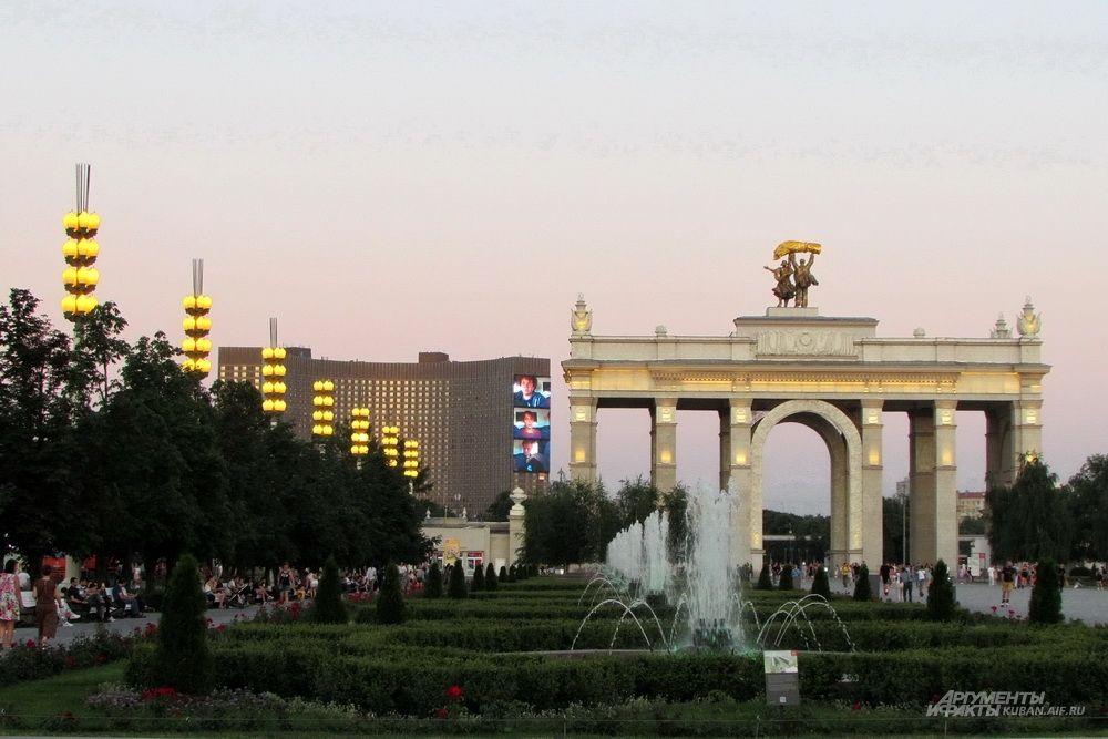 Олимпийская гостиница «Космос» на фоне ВДНХ.