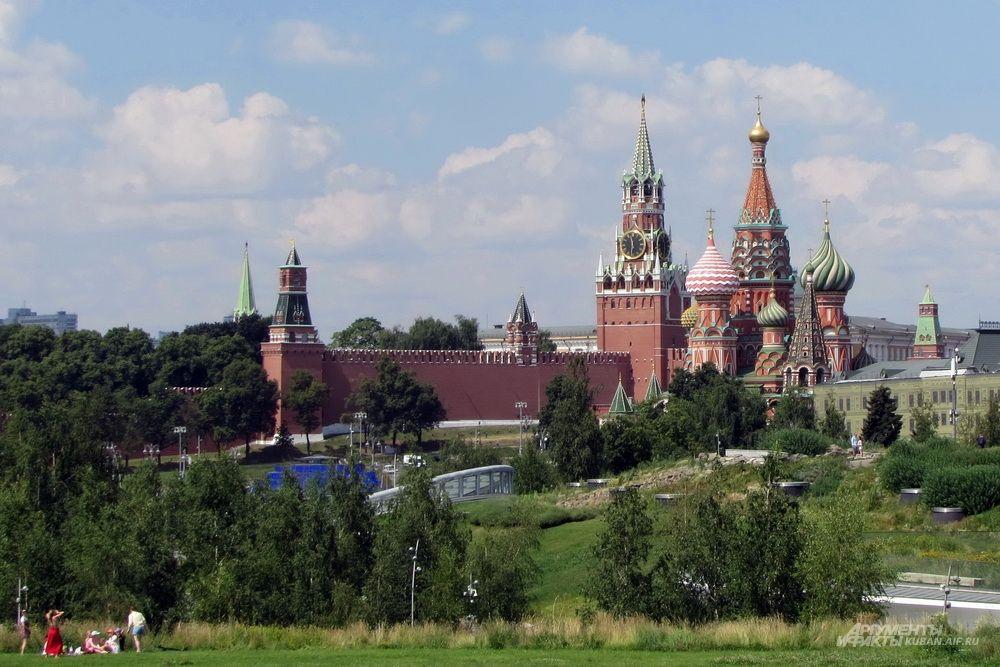 Парк «Зарядье» на фоне Кремля.