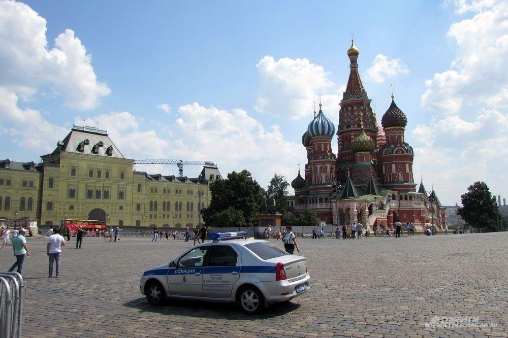 Машина полиции на Красной площади.