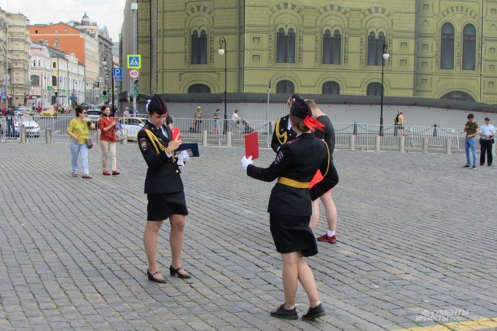 Выпускницы вуза МВД РФ фотографируются на Красной Площади.