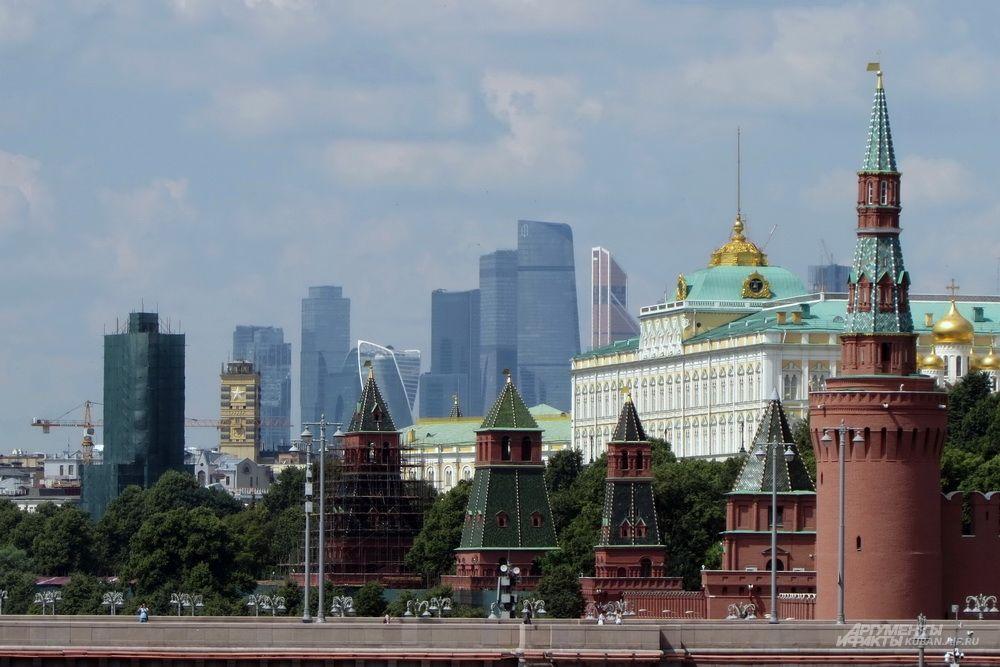 Кремль на фоне делового центра «Москва-Сити».