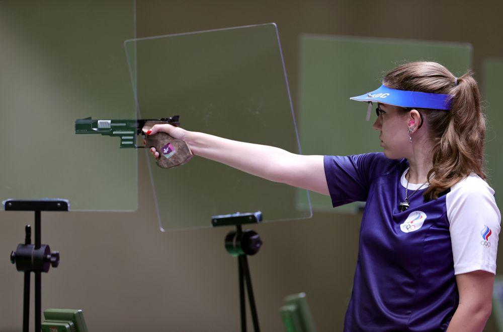 Российская спортсменка Виталина Бацарашкина в финале соревнований по стрельбе из пневматического пистолета с 25 метров среди женщин на XXXII летних Олимпийских играх в Токио