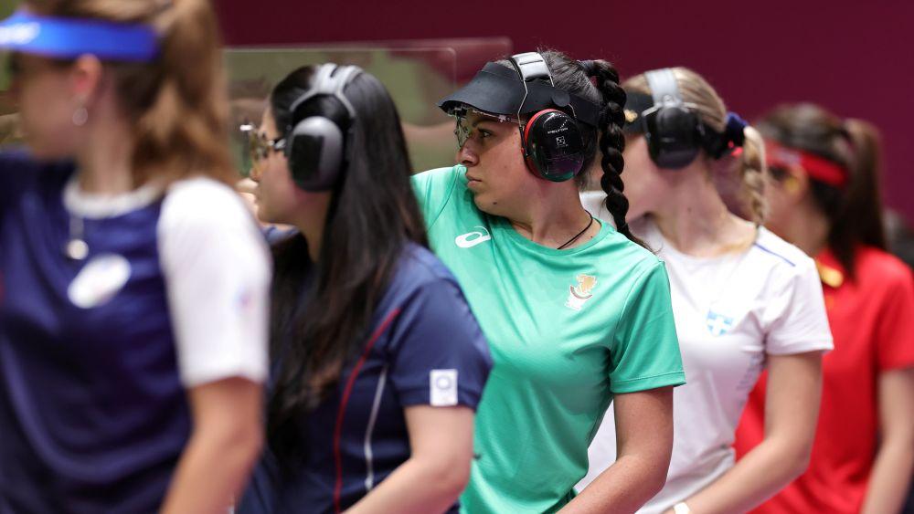 Болгарская спортсменка Антоанета Костадинова (в центре) в финале соревнований по стрельбе из пневматического пистолета с 25 метров среди женщин на XXXII летних Олимпийских играх в Токио