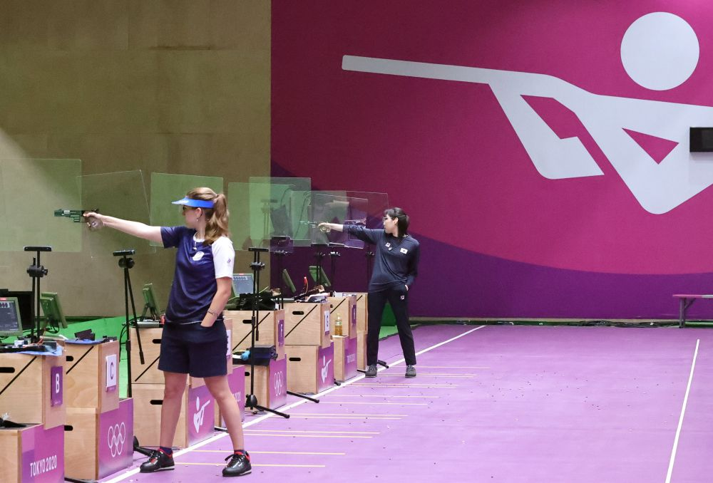 Российская спортсменка Виталина Бацарашкина (слева) в финале соревнований по стрельбе из пневматического пистолета с 25 метров среди женщин на XXXII летних Олимпийских играх в Токио
