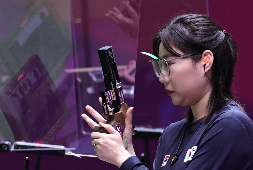 Спортсменка из Южной Кореи Мин Чон Ким в финале соревнований по стрельбе из пневматического пистолета с 25 метров среди женщин на XXXII летних Олимпийских играх в Токио