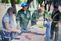Сборка и разборка автомата – традиционный для Дня ВДВ мастер-класс от Николая Харюшина (на фото в центре) и других ветеранов-десантников.