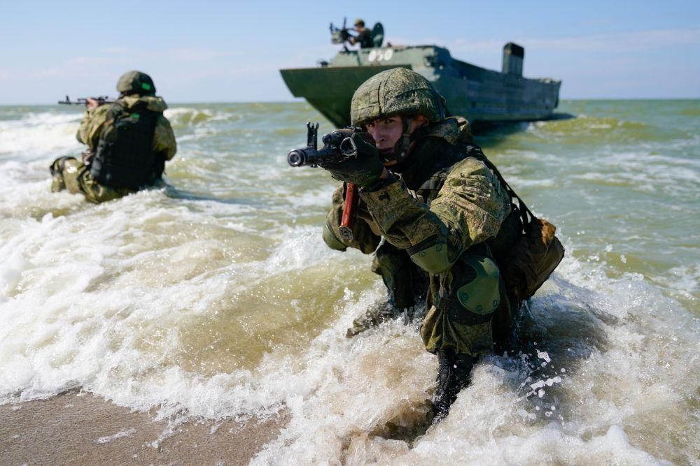 Военнослужащие инженерной роты мотострелкового соединения армейского корпуса Балтийского флота на тактико-специальных учениях на полигоне «Хмелевка» в Калининградской области