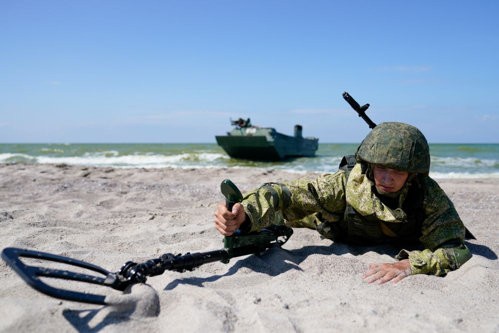 Военнослужащий инженерной роты мотострелкового соединения армейского корпуса Балтийского флота на тактико-специальных учениях на полигоне «Хмелевка» в Калининградской области