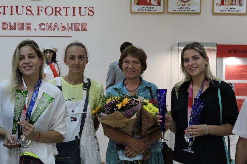 Сестры вместе с первым тренером Ириной Бараненко и мамой.