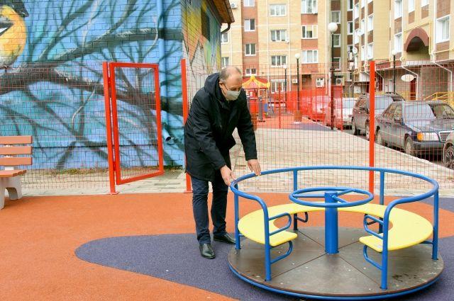 Председатель думы города тестирует новую детскую площадку