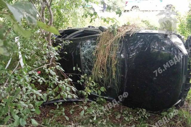 Автомобиль опрокинулся в кювет.