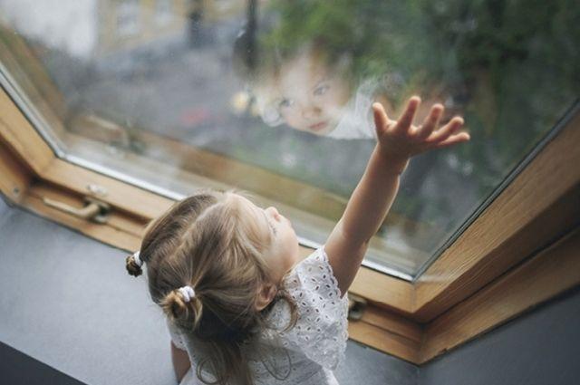 Дети продолжают падать из-за беспечного отношения взрослых.