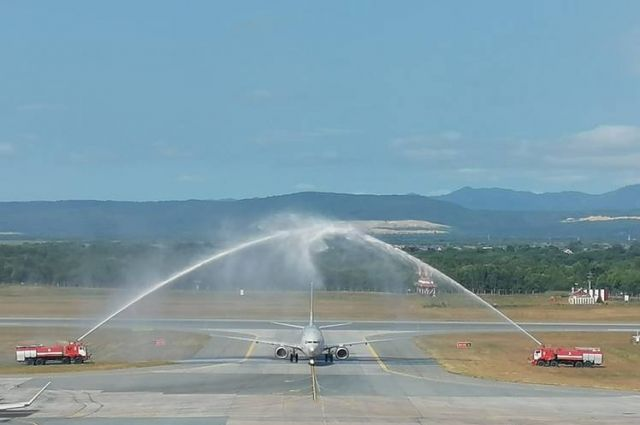 По традиции новый авиарейс в аэропорту Южно-Сахалинска встречали водной аркой.