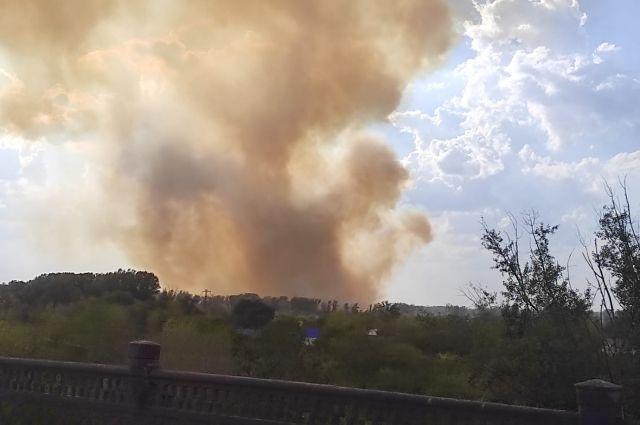 К ликвидации пожара в Протопоповской роще в Оренбурге привлечен вертолет.