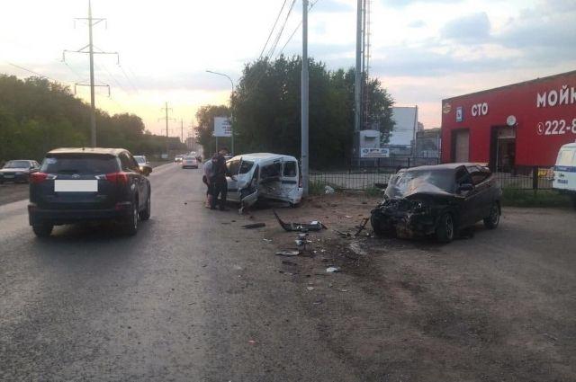 В Оренбурге водитель без прав устроил тройное ДТП на улице Транспортной.