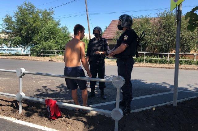 В Оренбурге росгвардейцы задержали мужчину в неадекватном состоянии, который пытался проникнуть в школу и приставал  детям.