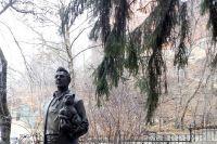 """Эта ель """"видела"""" и """"слышала"""" Шаляпина, сейчас под ней - его скульптура."""