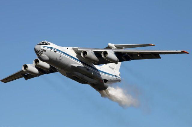 Самолет Минобороны совершил первый сброс воды над горящей Протопоповской рощей в Оренбурге.