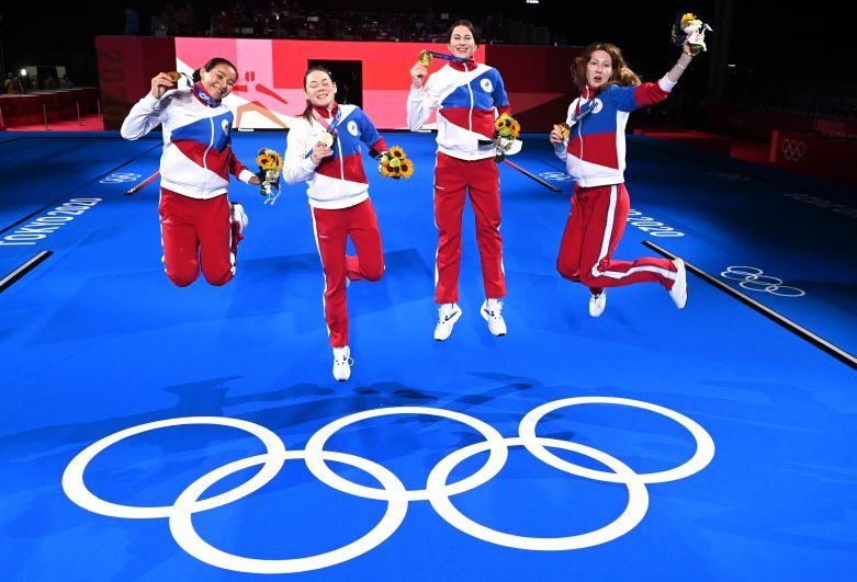 Аделина Загидуллина, Марта Мартьянова, Инна Дериглазова и Лариса Коробейникова (слева направо) завоевали золотые медали в командном первенстве по фехтованию на рапирах среди женщин на XXXII летних Олимпийских играх в Токио