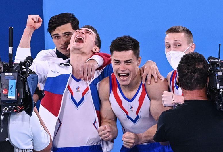 Артур Далалоян, Давид Белявский, Никита Нагорный и Денис Аблязин (слева направо) завоевали золото в командном многоборье среди мужчин на соревнованиях по спортивной гимнастике на XXXII летних Олимпийских играх в Токио