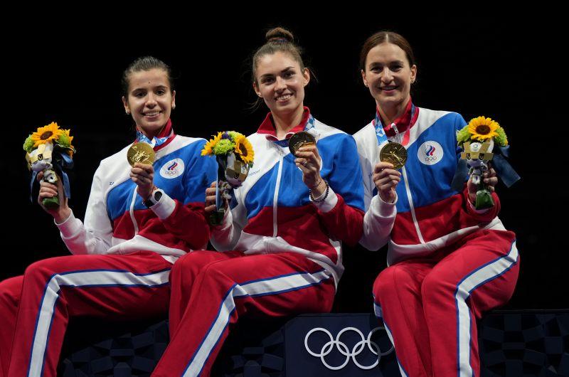 Ольга Никитина, Софья Позднякова и Софья Великая (слева направо) завоевали золотые медали в командном первенстве по фехтованию на саблях среди женщин на XXXII летних Олимпийских играх