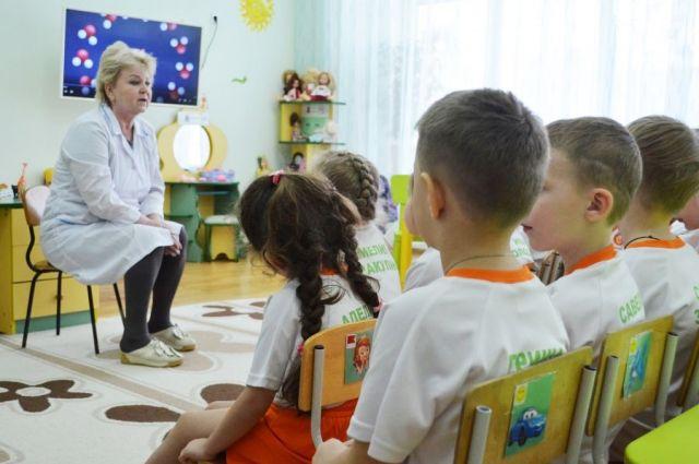 Евгений Куйвашев подчеркнул, что с каждым годом количество детских врачей в регионе должно увеличиваться.