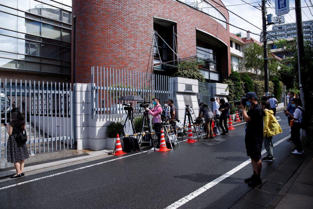 Журналисты у посольства Польши в Токио, куда прибыла белорусская спортсменка Кристина Тимановская