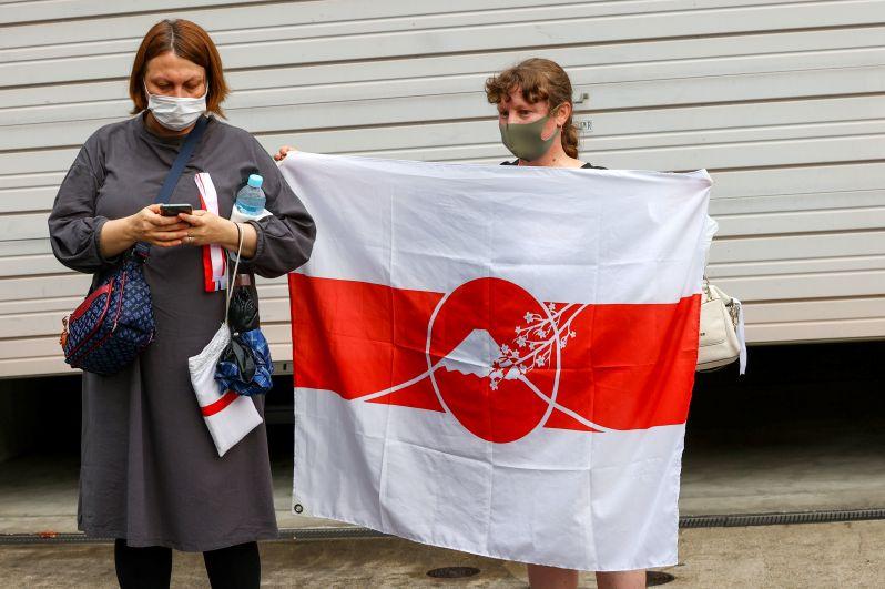 Активистки у посольства Польши, куда прибыла белорусская легкоатлетка Кристина Тимановская