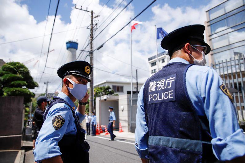 Полицейские у посольства Польши в Токио, куда прибыла белорусская спортсменка Кристина Тимановская