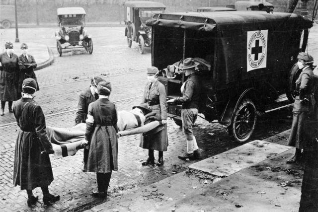 На фото - 1918-1919 годы - времена пандемии испанского гриппа, унесшего миллионы жизней.